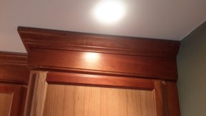 crown-molding-running-on-an-unlevel-ceiling